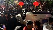 【图集】探访重庆居民楼火灾现场:汽车堵塞救援通道被掀翻在地