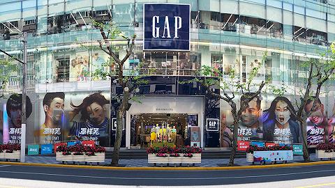 "GAP和喜家德门店现""罩样笑""巨幅海报,疫情下广告圈在做什么?"