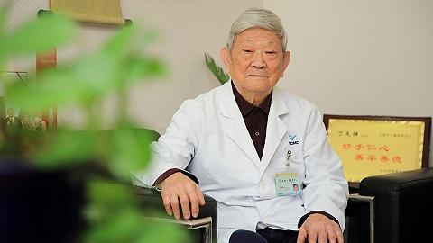 """【特写】2020中国""""最美医生""""丁文祥:91岁仍开门诊,每个孩子都想救"""