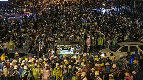 曼谷取消紧急状态,抗议者给泰国总理三天期限下台