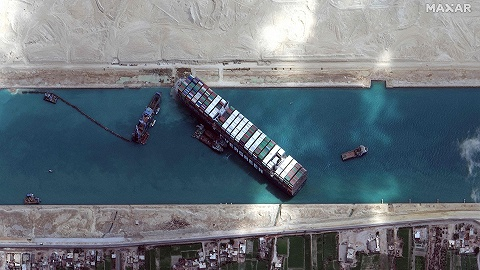 苏伊士运河搁浅货轮恢复航线,而运河的日常远比堵塞更惊心动魄