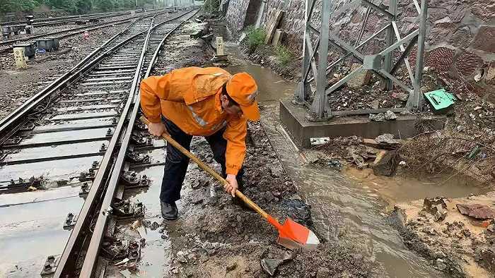 华信娱乐代理雨!雨!雨!铁路人紧急出动!