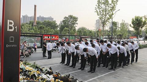 地方新闻精选   郑州地铁集团人员集体悼念遇难者 北京规定涉毒人员拍电影电视广告将禁播