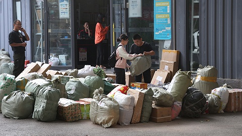 """开学季校园快递""""爆仓"""",部分高校包裹量超双十一"""