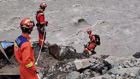 四川雅安泥石流致10余人失联:已搜救出4人,1人无生命体征