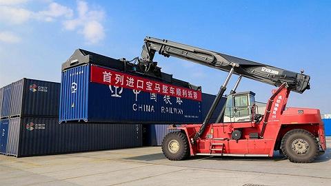 11月19日,首批宝马整车进口专列在成都国际铁路港开箱
