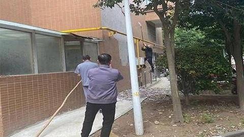 西安上上公馆瓷片多次坠落险伤人 物业称已上报 围挡危险区域